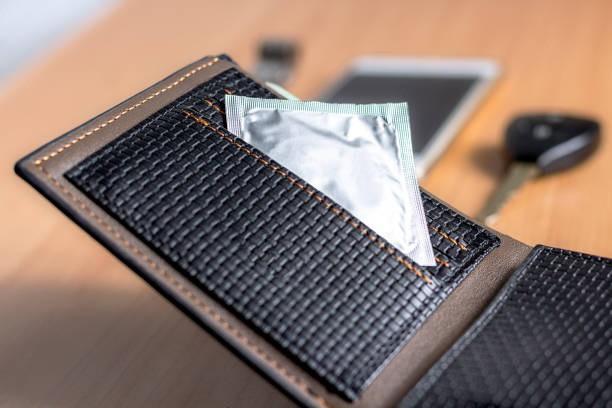Hạn chế để bao cao su trong ví tiền tránh ma sát mạnh ảnh hưởng đến chất lượng bao