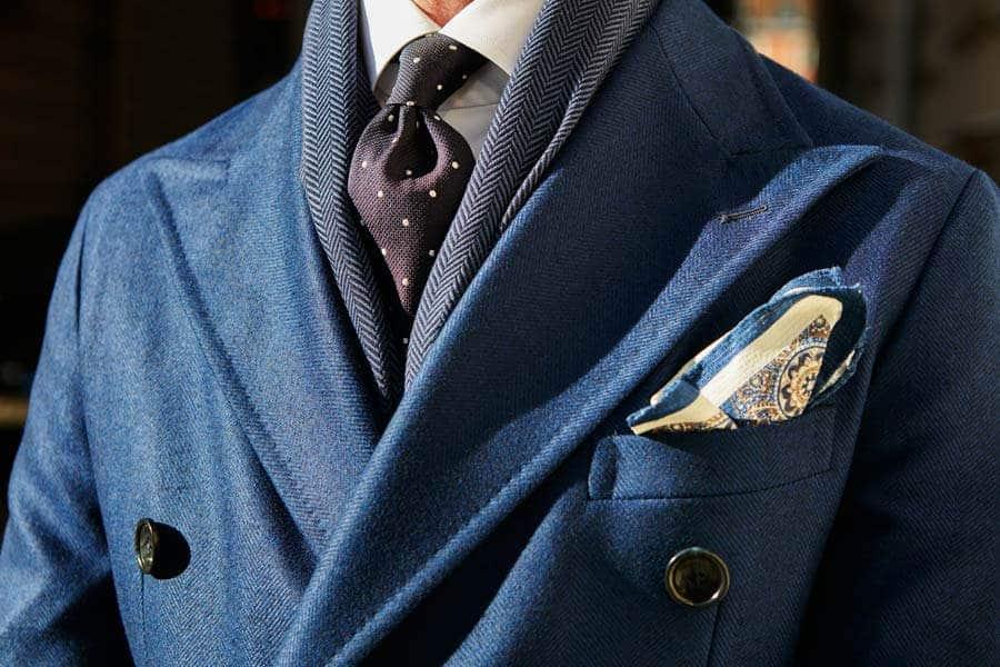 phối đồ suit với khăn choàng