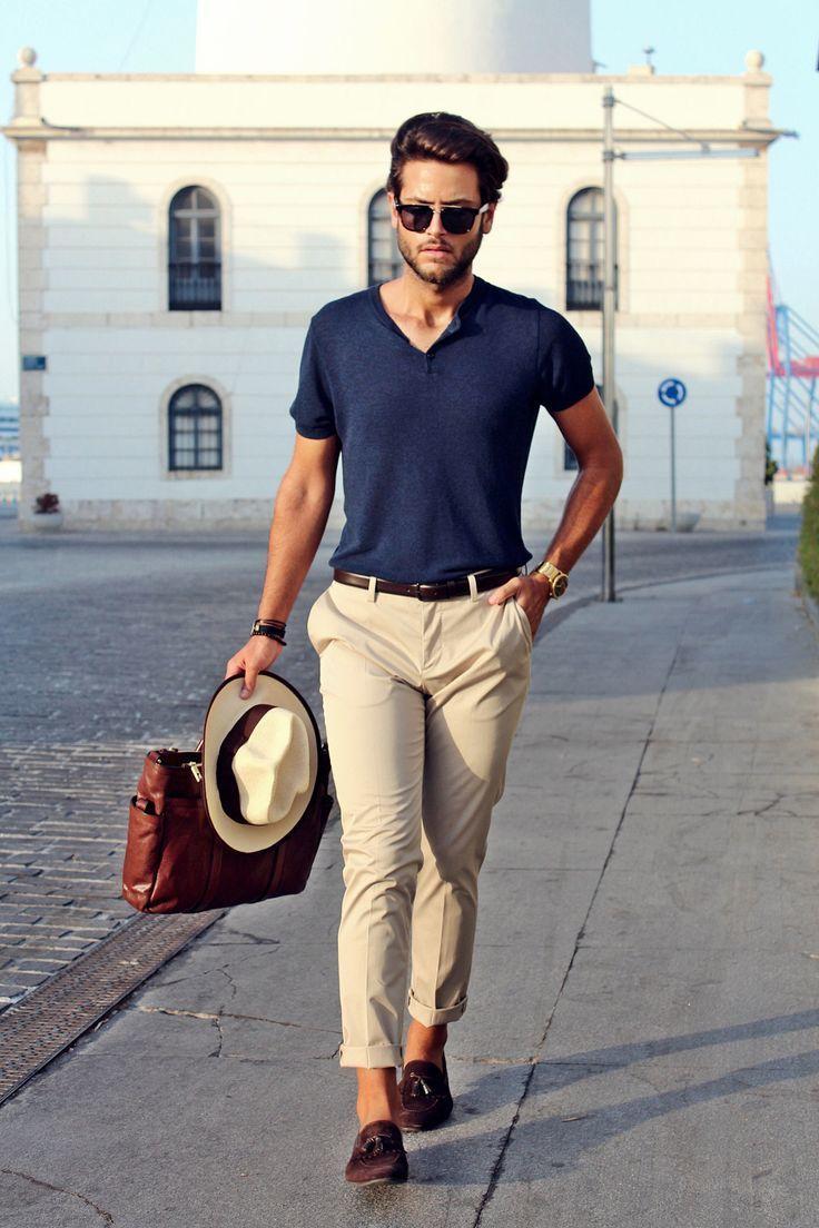 Phong cách smart-casual sẽ phù hợp với một đôi penny loafer cổ điển màu đỏ tía