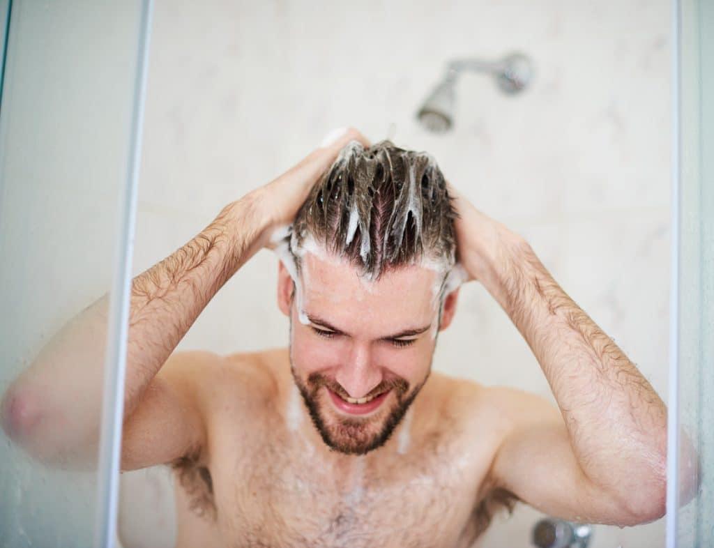 Tắm nước ấm và lạnh tùy theo mùa