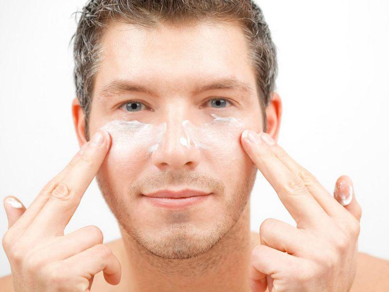 Thoa kem dưỡng ẩm hàng ngày sẽ hạn chế được tình trạng da khô, bong tróc