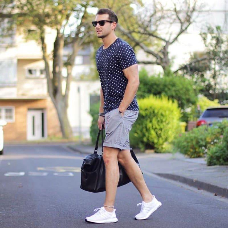 Set đồ với áo thun họa tiết đơn giản cùng quần short ghi và sneaker trắng đầy khỏe khoắn