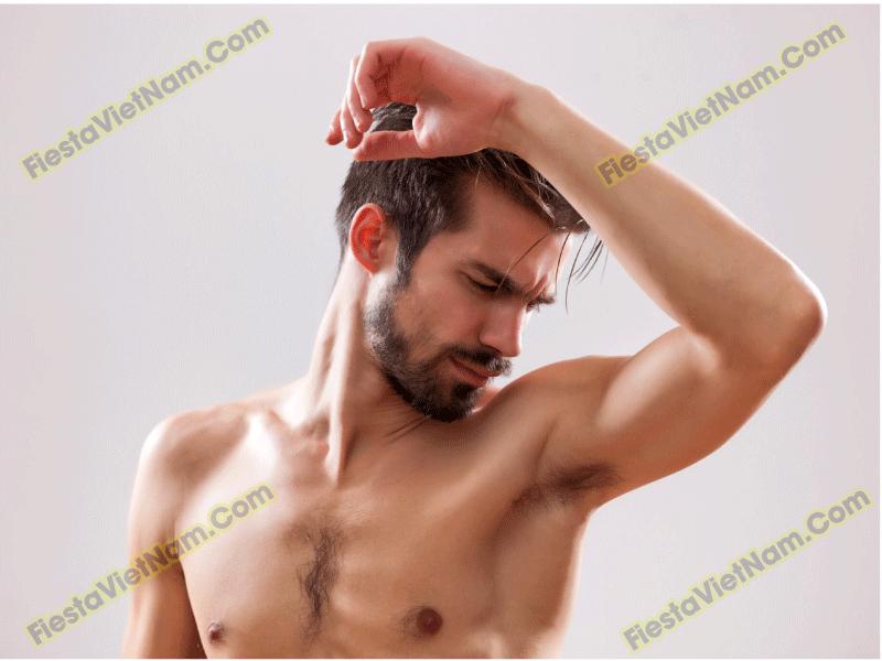 Tuyến mồ hôi hoạt động mạnh mẽ là một trong những nguyên nhân gây ra mùi cơ thể ở nam giới