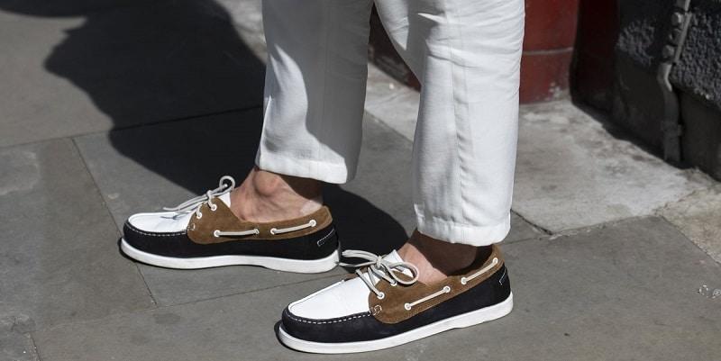 Boat shoe thường được thiết kế với đế cao su và dây buộc truyền thống