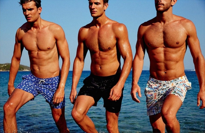 Chọn quần bơi cho nam giới cao và đậm người nên tránh xa những mẫu quần dạng túi hộp nếu phần cơ đùi không được săn chắc