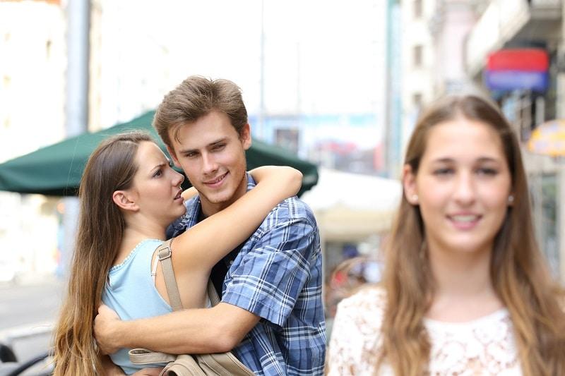 Đàn ông vẫn thích ngắm phụ nữ dù đã có người yêu và bạn gái