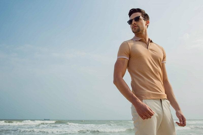 Áo polo kết hợp quần đùi sáng màu thích hợp khi đi biển