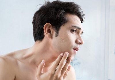 Khi rửa mặt hoặc tẩy tế bào chết chỉ nên mát xa nhẹ nhàng để hạn chế tình trạng mẩn đỏ, kích ứng lên da
